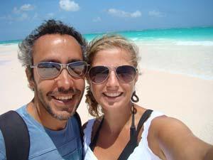 Ana e Rodrigo na Pink Sand Beach, Bahamas. (Foto: Reprodução/Arquivo Pessoal)