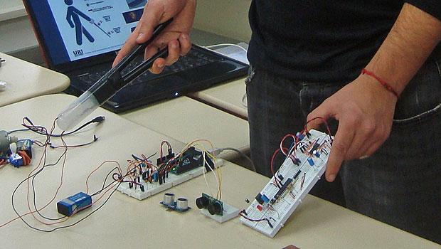 Protótipo conta com dois sensores e um microcontrolador que envia as vibrações (Foto: Divulgação)