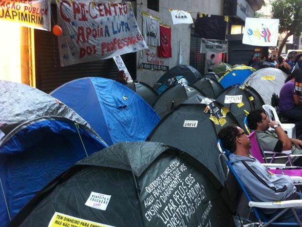 Professores seguem acampados nesta sexta-feira (Foto: Tássia Thum/G1)