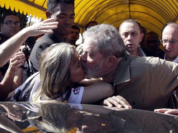 Lula beija militante (Foto: Marcos Alves / Agência O Globo)