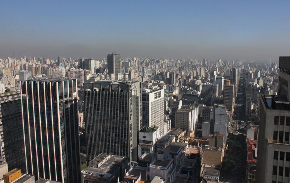 Por causa do tempo seco, com umidade do ar abaixo de 30%, uma camada de poluição cobre São Paulo. Nos próximos dias, continuam o tempo seco e a má qualidade do ar. (Foto: Mario Palhares/AE)