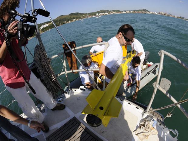 Pesquisadores colocam equipamento no mar para localizar submarino alemão no litoral de SC (Foto: Divulgação/Família Schurmann)
