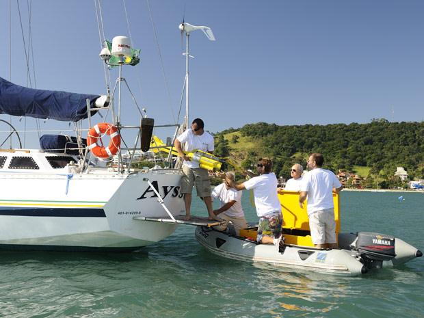 Equipes retiram equipamento que registrou imagens do submarino do fundo do mar no litoral de SC (Foto: Divulgação/Família Schurmann)