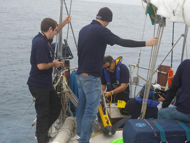 Pesquisadores colocam equipamento no mar para localizar submarino alemão (Foto: Divulgação/Família Schurmann)