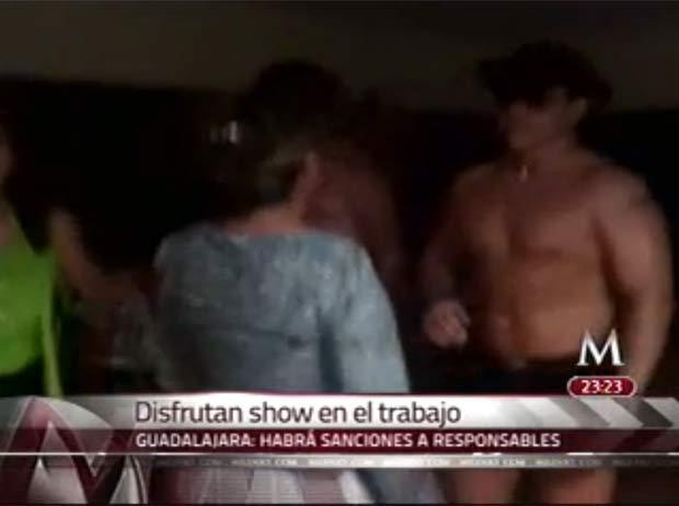 Cinco funcionárias foram afastadas depois que organizaram uma festa com strippers. (Foto: Reprodução)