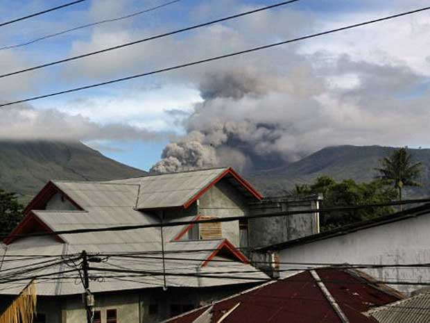 Vulcão Lokon expeliu colunas de fumaça e cinzas que alcançaram 800 metros de altura. (Foto: Glen Rarung / AFP Photo)