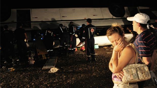 A sobrevivente Joelma Santos acompanhou o resgaste. Sua filha corre o risco de ter o braço amputado. (Foto: Wellington Macedo/Colaboração)