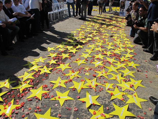 Familiares espalharam estrelas em terreno onde ocorreu acidente (Foto: Juliana Cardilli/G1)