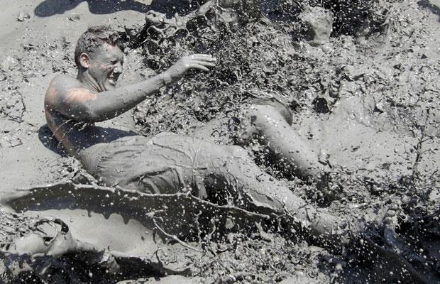 O festival anual, que ocorre entre os dias 16 e 24 de julho, encoraja o uso da lama para os cuidados da pele e para promover o turismo na região. (Foto: Jo Yong-Hak/Reuters)