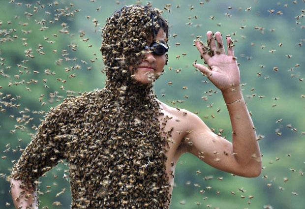 Ambos competiram vestindo apenas uma bermuda e usando abelhas rainhas para atrair as demais para seus corpos. (Foto: China Daily/Reuters)