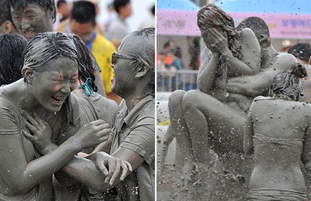 Entre as atividades do festival estão deslizamentos de terra, luta na lama e massagens com lama. (Foto: Kim Jae-Hwan/AFP)