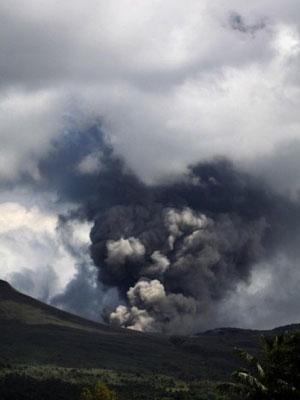 Vulcão teve sua maior erupção nas últimas semanas neste domingo (Foto: Glen Rarung/AFP )