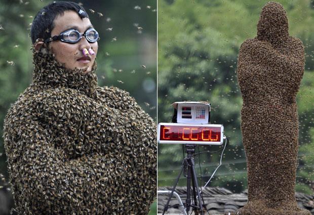 Os apicultores Wang Dalin (acima), de 42 anos, e Lv Kongjiang (foto abaixo), de 20, competiram no sábado (16) para atrair o máximo de abelhas ao corpo durante 60 minutos, em Shaoyang, na província de Hunan, na China, disse a mídia local. (Foto: China Daily/Reuters)