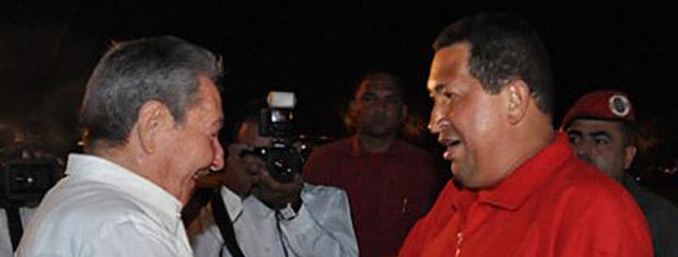 O presidente da Venezuela, Hugo Chávez, é recebido por Raúl Castro, seu colega cubano, na noite deste sábado (16) em Havana (Foto: AP)