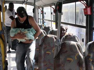 Pais levam bebê de ônibus para hospital depois de parto em estação de trem em Campo Grande (Foto: Jadson Marques/AE)