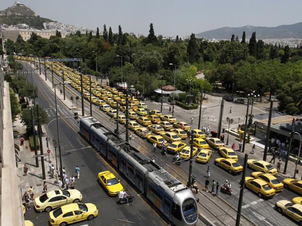 Taxistas bloqueiam ruas centrais de Atenas, na manhã desta segunda-feira (18) (Foto: AP)