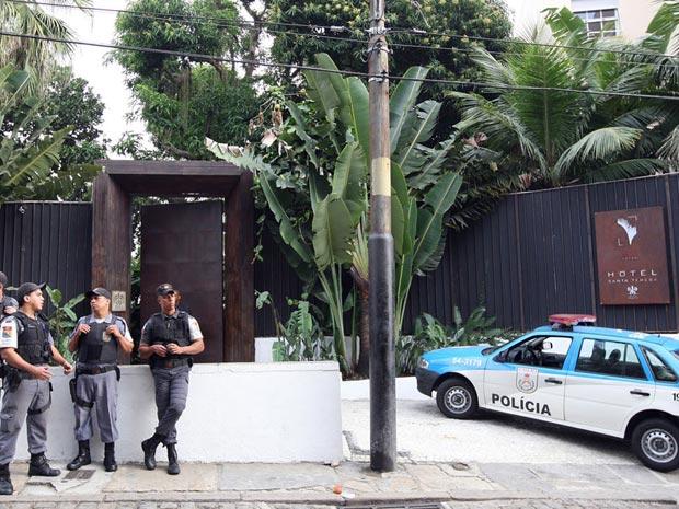 Policiais são vistos em frente ao hotel que foi assaltado durante a madrugada desta segunda (18) em Santa Teresa, no Rio de Janeiro (Foto: Marcos de Paula/AE)