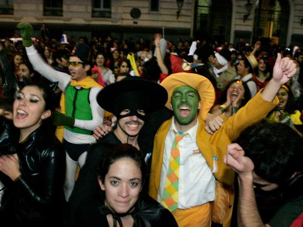 Estudantes fantasiados de personagens como Máscara e  Zorro ganharam as ruas de Santiago nesta segunda-feira (18) durante os protestos por reformas na educação (Foto: Victor Ruiz Caballero / Reuters)