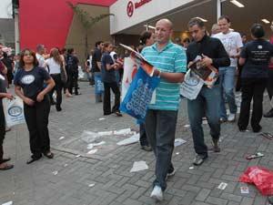 Bacharéis saem de local de prova do exame da OAB em São Paulo (Foto: Paulo Lieberti/AE/AE)