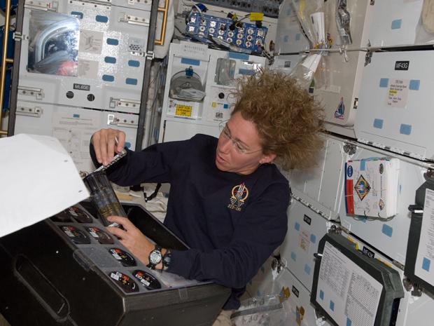A astronauta Sandy Magnus termina os últimos do trabalho antes do fechamento da portinhola (Foto: Nasa)
