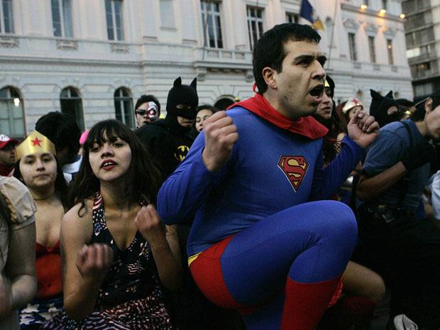 Estudantes vestidos de Super-Homem, Mulher Maravilha, Mulher Gato e outros super-herois participam das manifestações por mudanças e mais verbas no sistema educacional chileno (Foto: Victor Ruiz Caballero / Reuters)