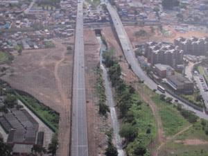 Favela ficava em área aberta no lado esquerdo da imagem (Foto: Reprodução)