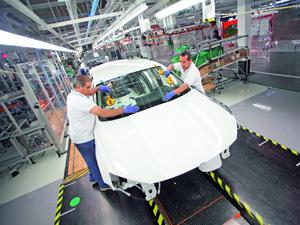 Linha de produção do VW New Beetle em Puebla, no México (Foto: Divulgação)