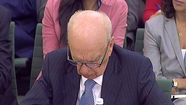 O magnata da mídia Rupert Murdoch durante seu depoimento desta terça-feira (19) no Parlamento britânico (Foto: AP)