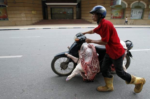 Motoneta estava carregada as peças de carne do porco. (Foto: Reuters)