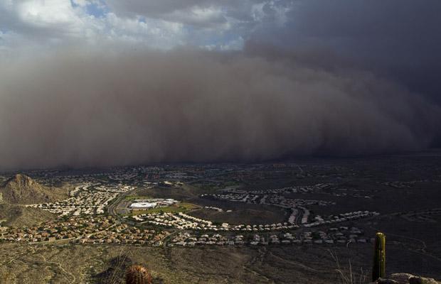 Tempestade de areia sobre Phoenix, no Arizona, nesta segunda-feira (18) (Foto: AP)