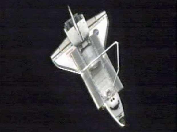 Imagem do canal de TV da NASA mostra o Atlantis a cerca 130 metros da ISS, pouco após desacoplar. (Foto: Nasa / AP Photo)