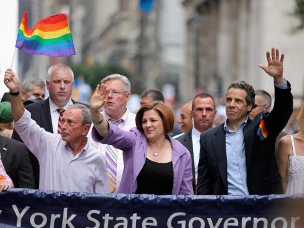 O prefeito de NY, Michael Bloomberg, a presidente da Câmara, Christine C. Quinn e o governador Mario Cuomo durante Parada Gay na cidade, em 26 de junho (Foto: AFP)