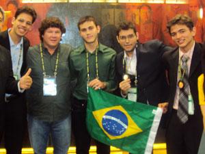 Pablo Ivo (estudante) - Professor José Carlos (UERJ) - Mattheus Fernandes (estudante) - Pedro Oliveira (estudante) - Rafaell Lima (estudante).  (Foto: ANBIo/ Divulgação)