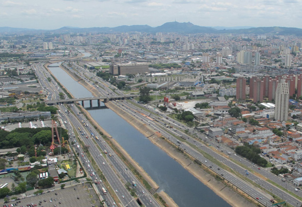 Rio Tietê, em São Paulo: grandes concentrações urbanas implicam na piora da qualidade da água. (Foto: Paulo Toledo Piza/G1)