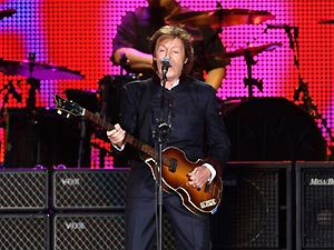 O cantor Paul McCartney se apresenta no Yankee Stadium, em Nova York, no último dia 16 (Foto: AFP)