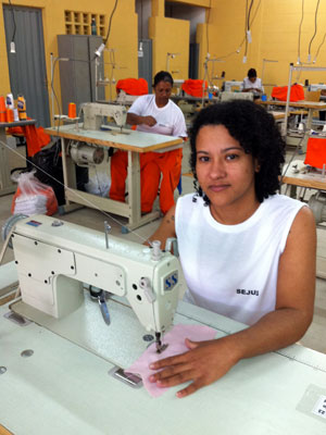 Juscilene Lopes Diniz descobriu o talento para costura dentro do presídio no ES (Foto: Amanda Monteiro/G1 ES)