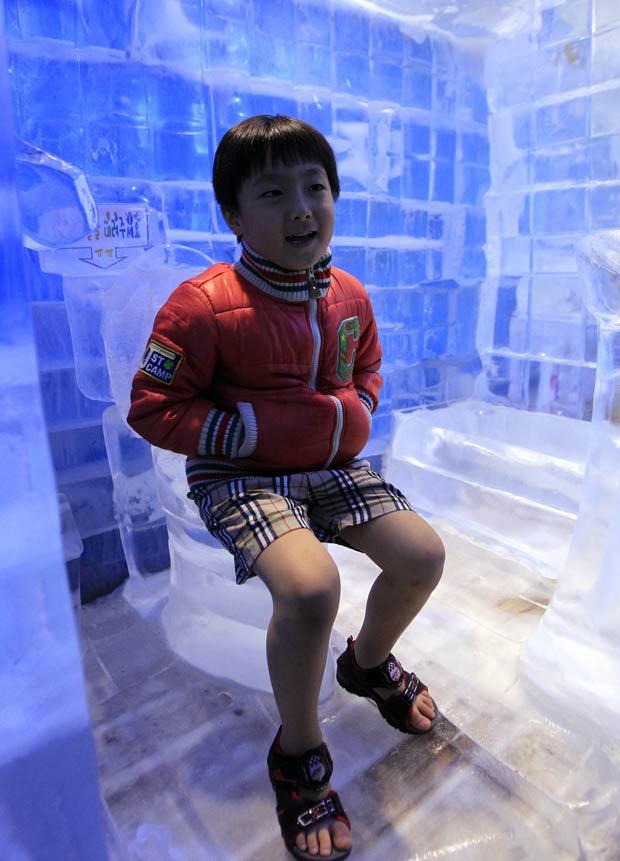 Garoto sul-coreano 'testa' privada de gelo. (Foto: Lee Jin-man/AP)