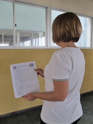 Ana Cláudia mostra o boletim de ocorrência feito após o ataque (Foto: Juliana Cardilli/G1)