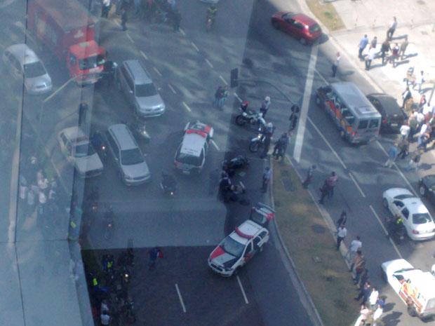 Internauta registrou movimentação policial do alto de prédio (Foto: Luiz Claudio Zabatiero/VC no G1)
