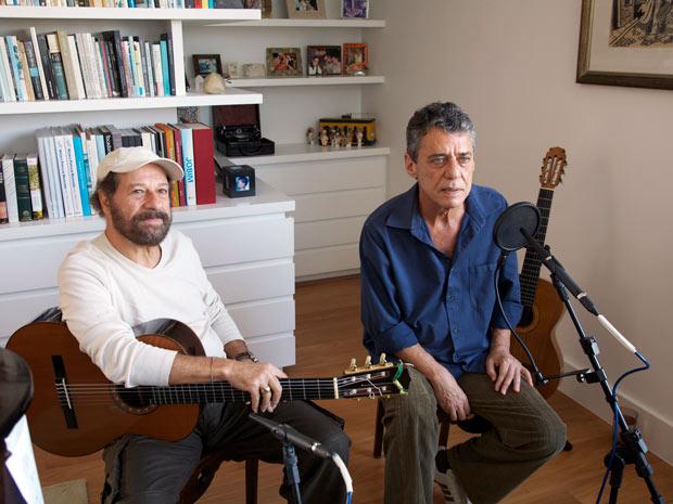 João Bosco (à esq.) e Chico Buarque durante apresentação na casa do cantor transmitida pela internet (Foto: Mario Canivello/Divulgação)
