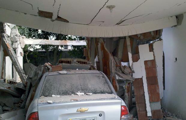 Dois andares de casa em contrução desabam no ES (Foto: Reprodução/TV Gazeta)