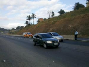 Mulher morre atropelada ao atravessar BR-101 no ES (Foto: Guido Nunes / TV Gazeta)