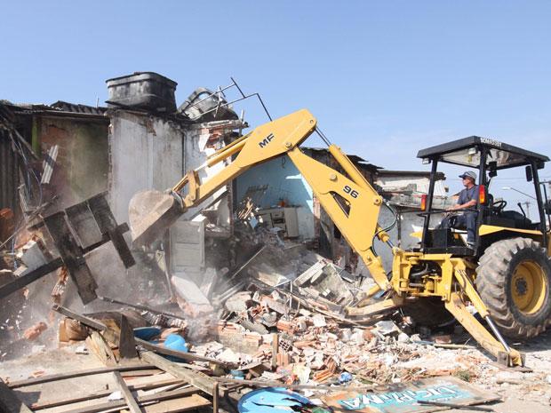 Máquina derruba casa durante reintegração de posse no ABC (Foto: Ricardo Trida/Diário do Grande ABC/AE)
