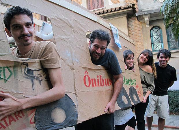 Membros do Transparência Hacker criaram ônibus de papelão para promover campanha (Foto: Laura Brentano/G1)