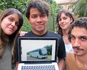 Grupo avaliou o valor de R$ 40 mil por meio de um ônibus vendido na internet (Foto: Laura Brentano/G1)