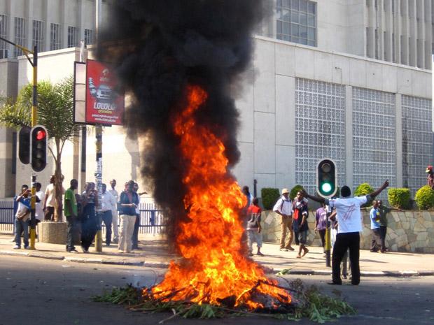Manifestantes fazem barricada em rua de Lilongwe, no Maláui, nesta quarta-feira (20) (Foto: AP)