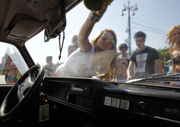Jovens fazem parte do grupo 'Eu realmente gosto de Putin'. (Foto: Sergei Karpukhin/Reuters)