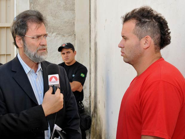Durante visita à Penitenciária Nelson Hungria, o deputado estaduall Durval Ângelo (PT/MG) conversa com o detento Macarrão (Foto: Alair Vieira/ALMG/Divulgação)