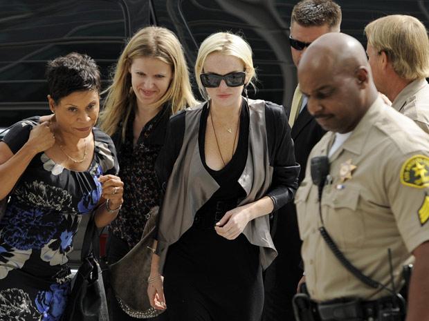A atiz Lindsay Lohan voltou ao tribunal de Los Angeles nesta quinta-feira (21) para revisão de sua pena. (Foto: AP)