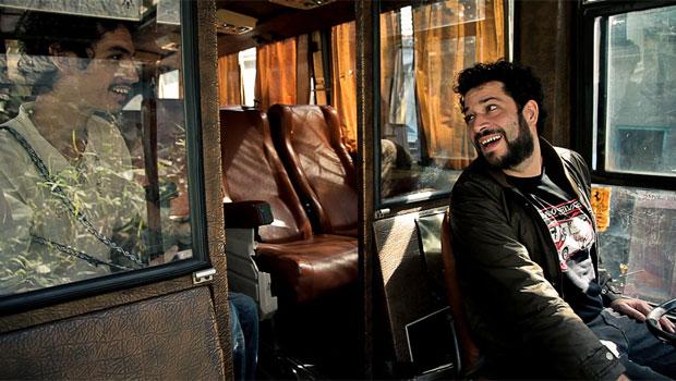 Pedro Markum e Pedro Belasco visitam um ônibus de uma banda que pensam em comprar (Foto: Arquivo Pessoal)